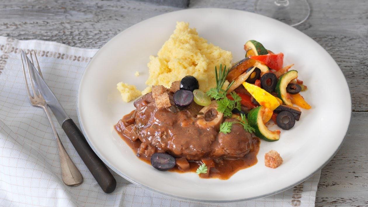 Jarret de veau glacé au vin rouge, polenta et légumes méditerranée
