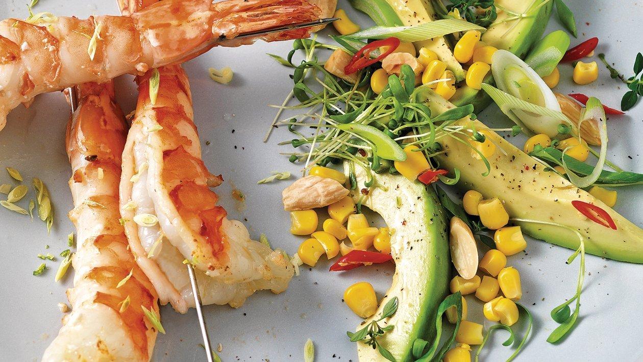 Salade d'avocat et maïs aux brochettes de crevettes