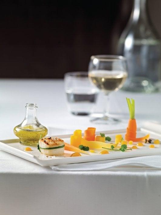Salade de carottes à la vanille, coquilles St-Jacques grillées et citron au sel