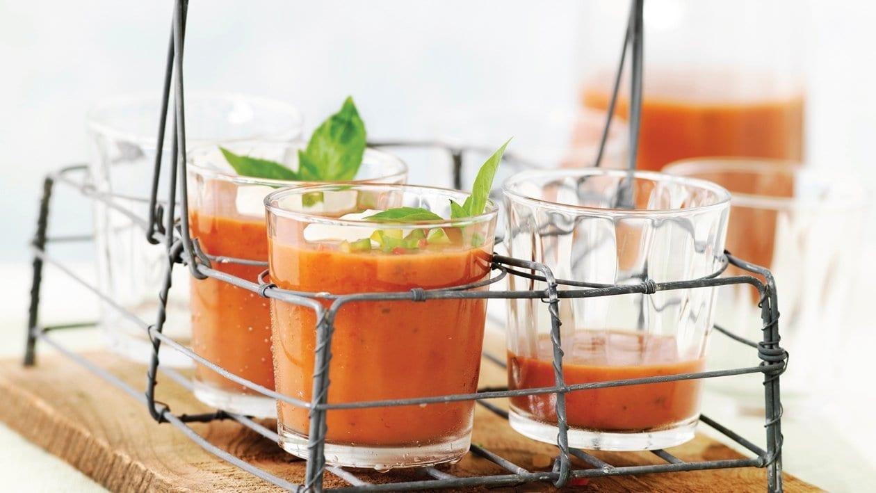 Soupe froide à la tomate et pointes de basilic