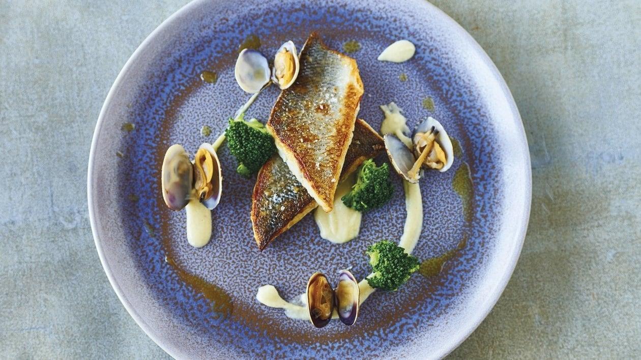 Loup de mer aux moules, brocoli, céleri et huile de persil