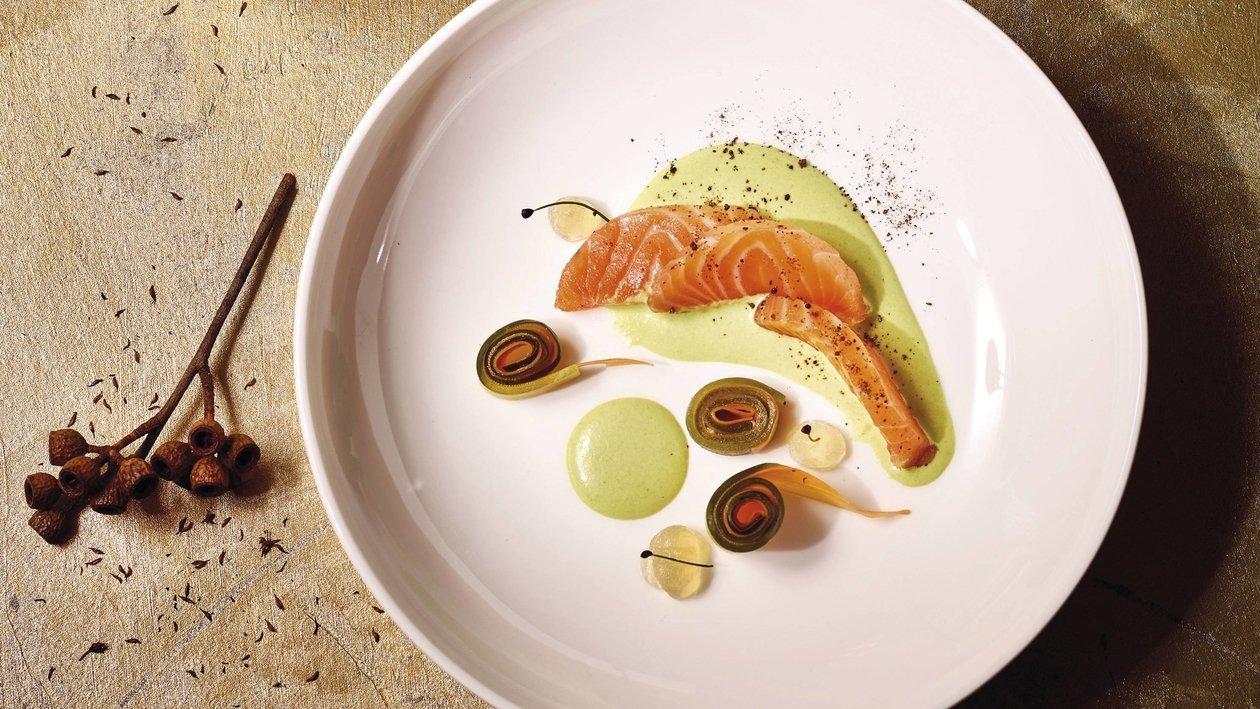 Saumon, concombre, carotte, petits pois, pomme