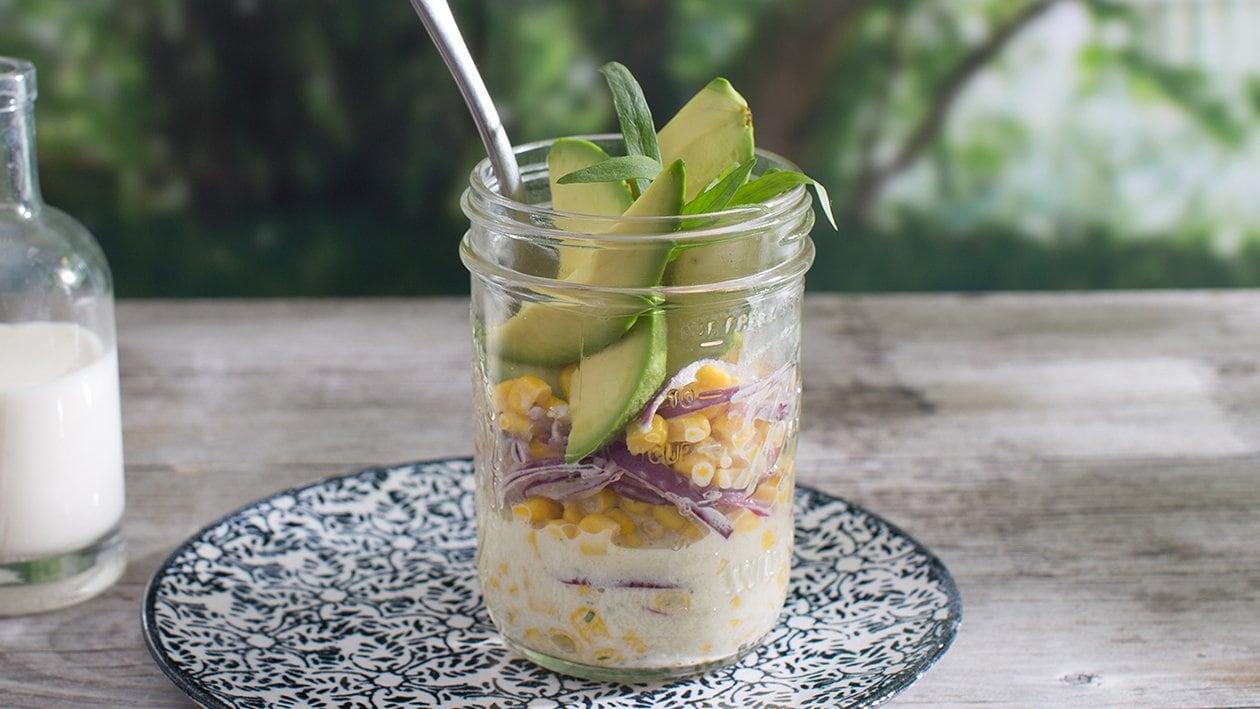 Salade de maïs à l'avocat et oignons rouges
