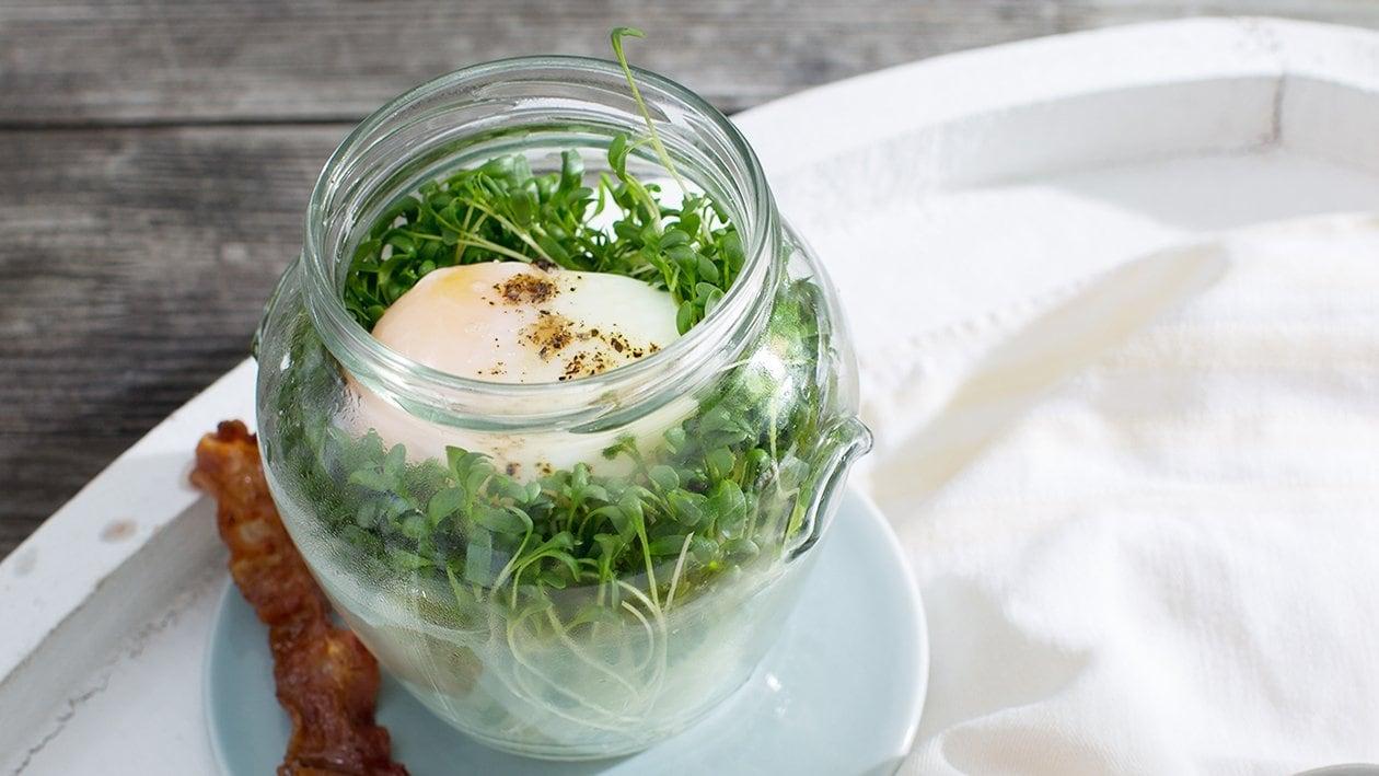 Oeuf poché à la salade de cresson et lard grillé