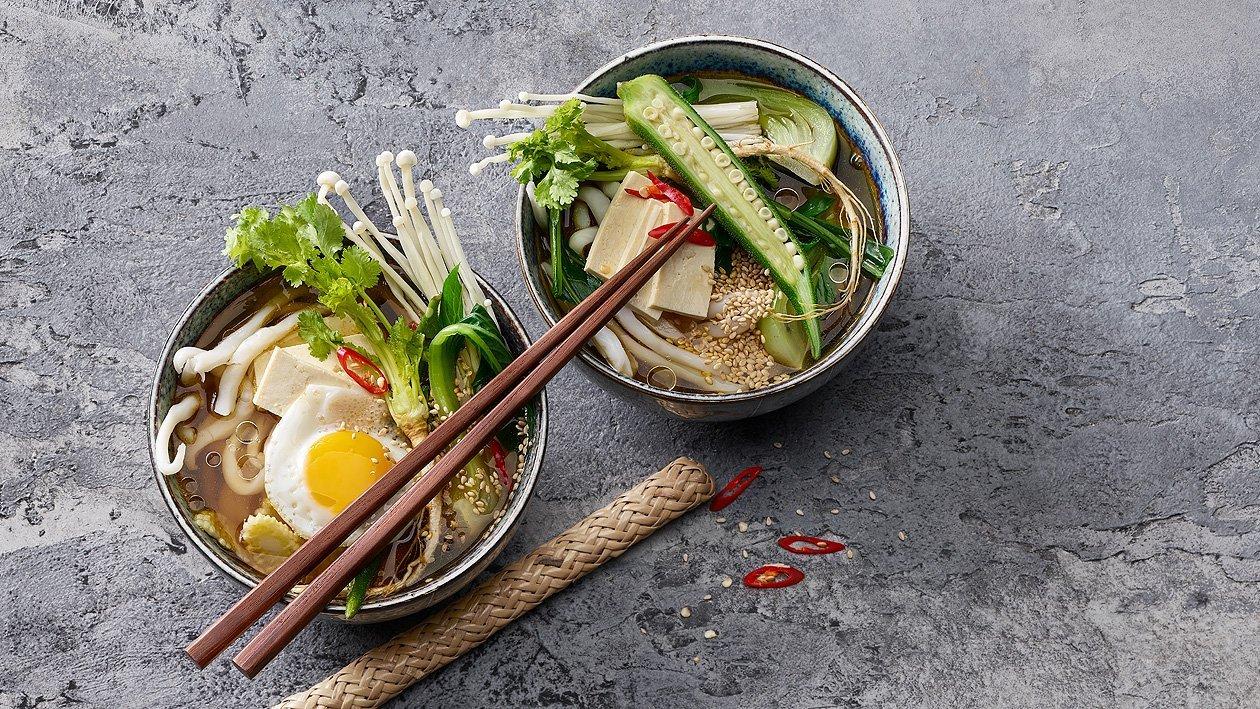 Soupe chinoise aux nouilles, tofu et oeuf de caille
