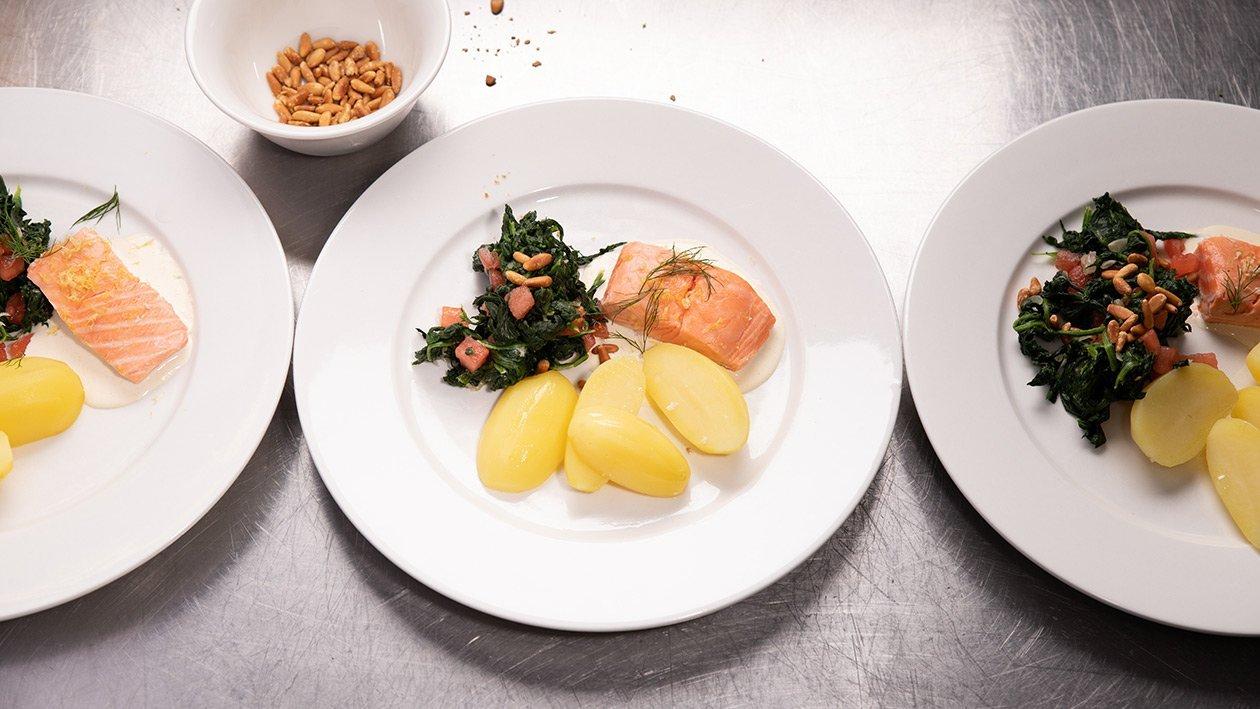 Tranche de saumon pochée à la sauce au citron, pommes nature et épinards en branche, pour grande quantité