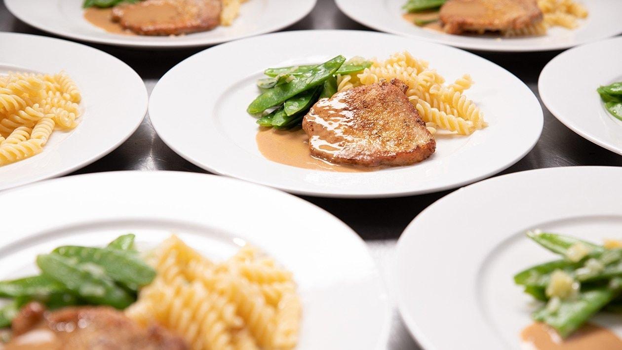 Escalope de porc à la crème, nouilles et pois mange-tout, pour grande quantité