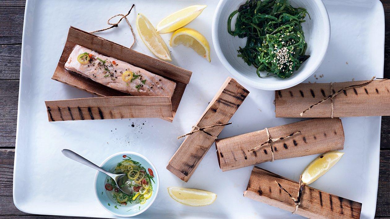 Saumon grillé en papier de bois, salade de wakame et vinaigrette aux agrumes