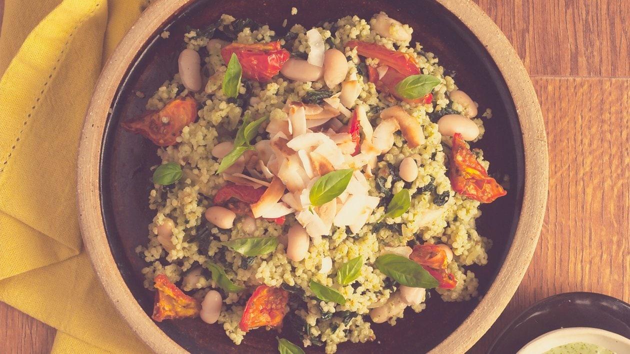 Bol de salade au millet, chou frisé, haricots de Soissons et un dressing au basilic et ail doré