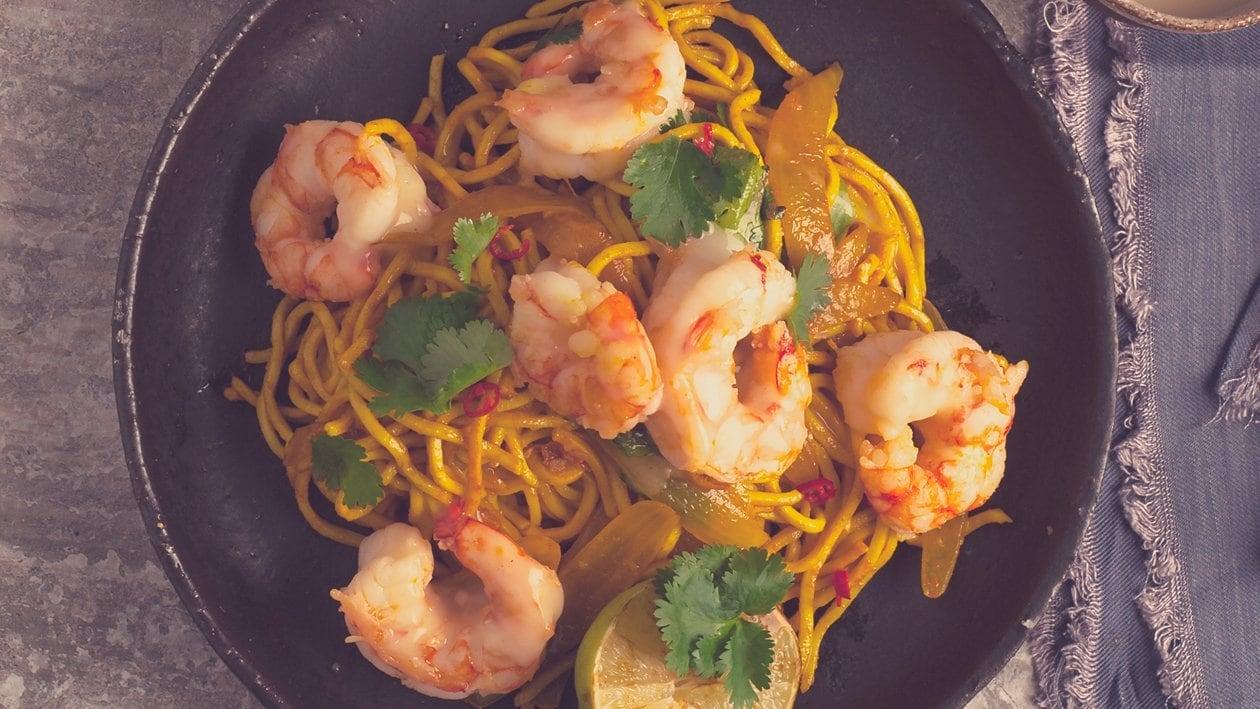 Salade aux crevettes sautées à l'ail, nouilles asiatiques et un dressing chili-citronnelle