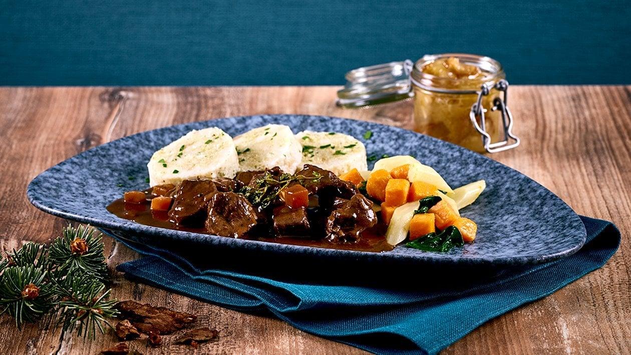 Ragoût de chevreuil au chocolat, quenelles en serviette sautées, salsifis et confiture pommes-dattes