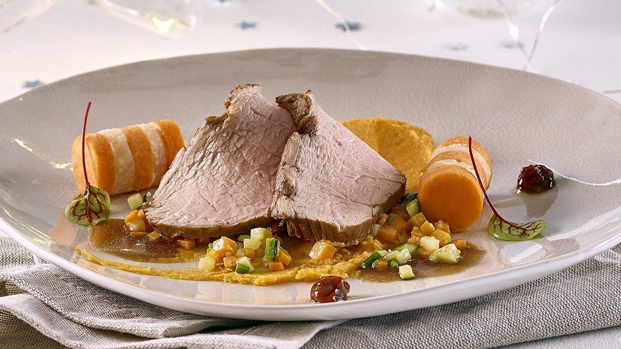 Aiguillette de veau rosée à la sauce aux épines vinette et patates douces au romarin