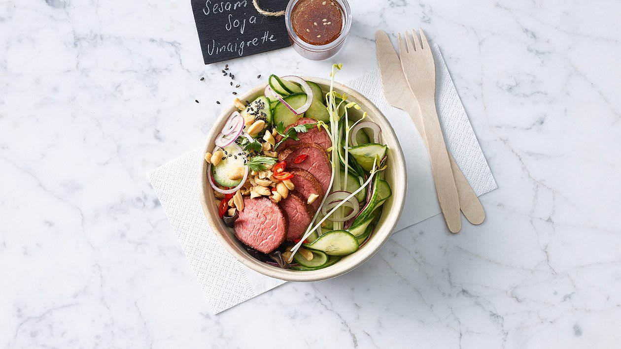 Salade de concombres marinés et viande de boeuf rosée (à l'emporter)