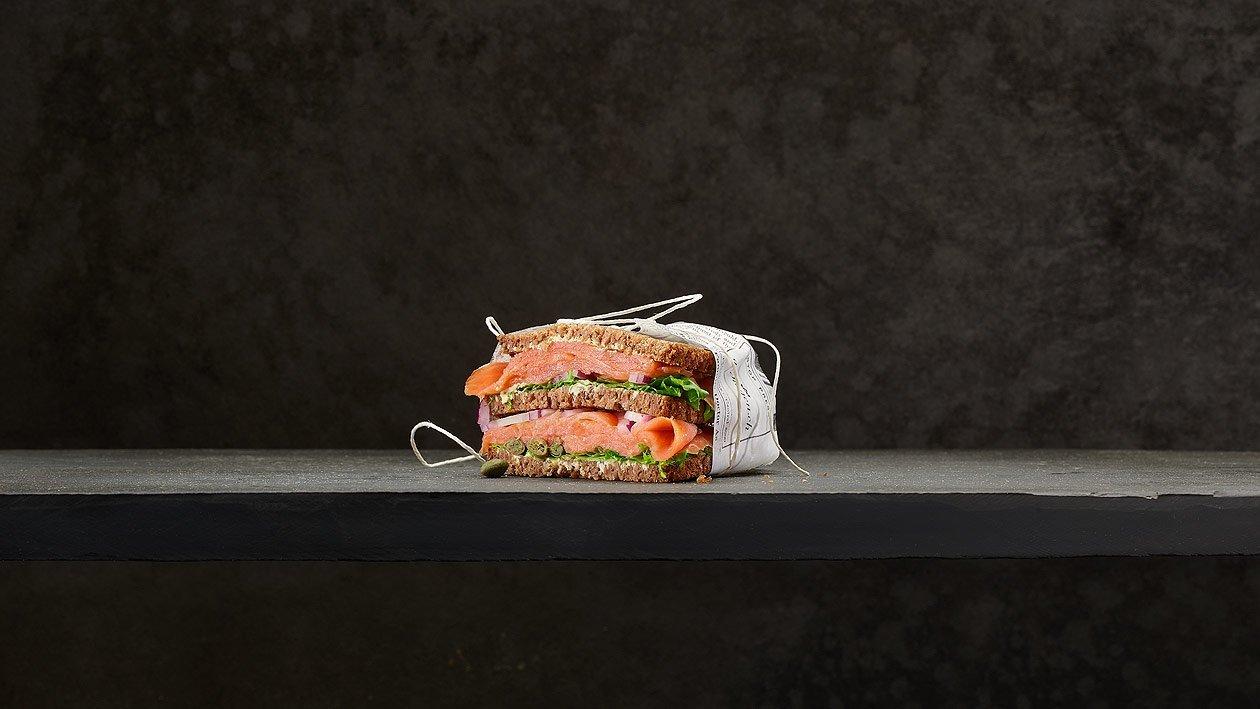 Sandwich de pain complet au saumon