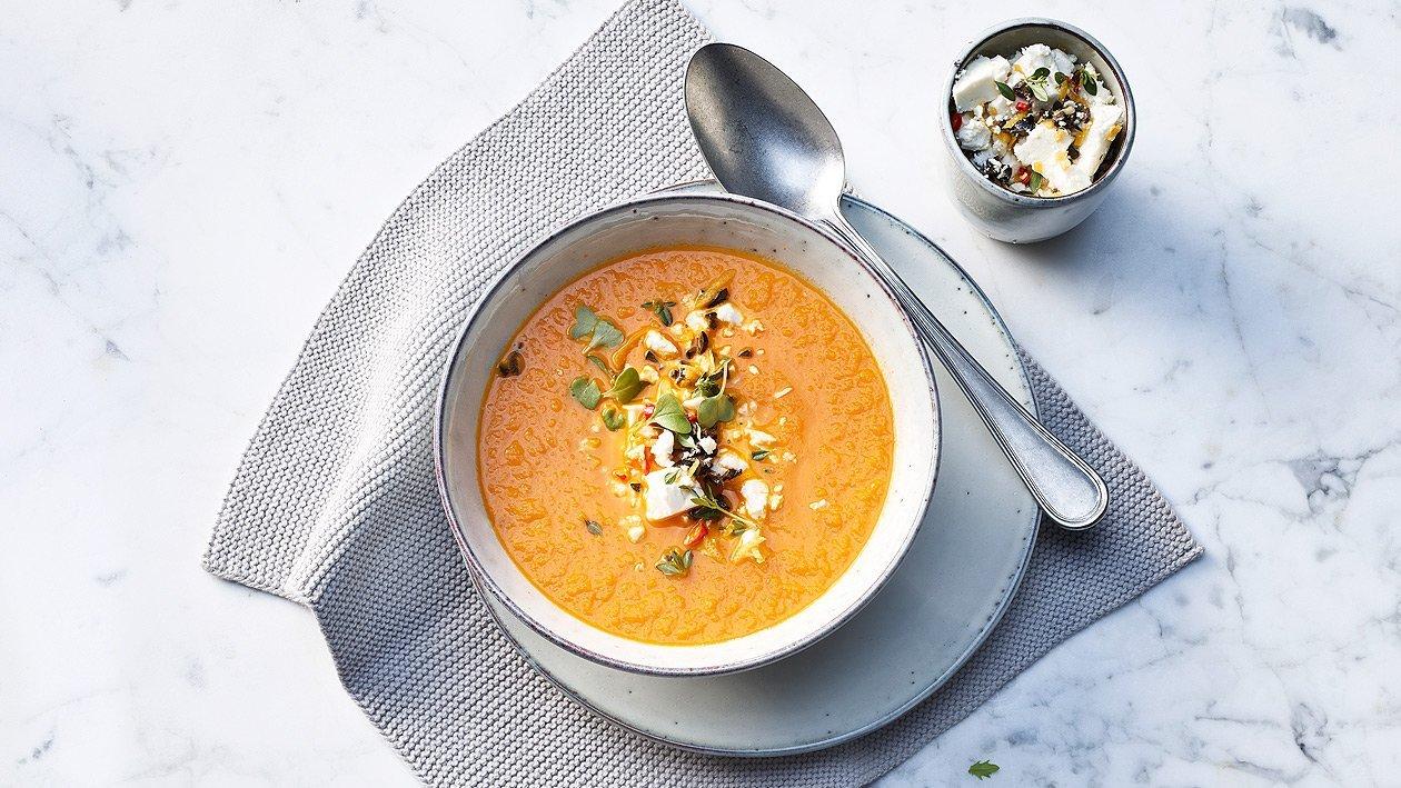 Soupe orientale tomates-carottes avec un topping aux olives et féta