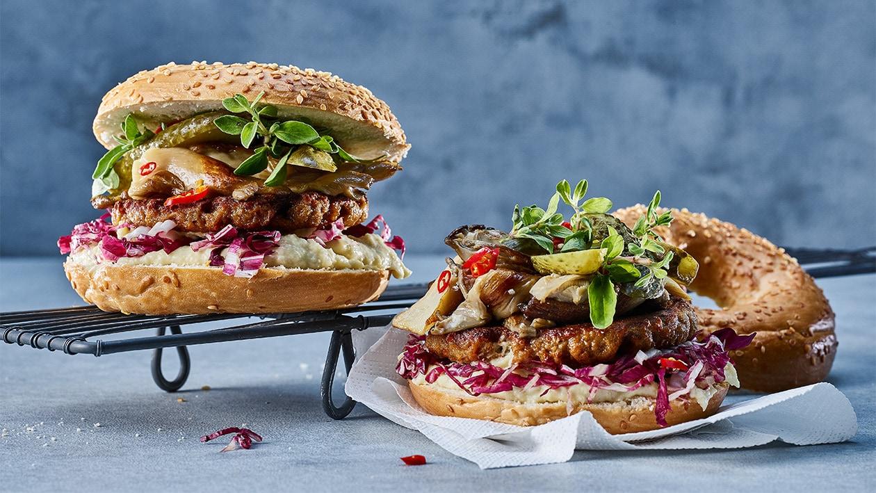 BBQ Burger mit Austernpilzen und Gurken im Sesam Bagel