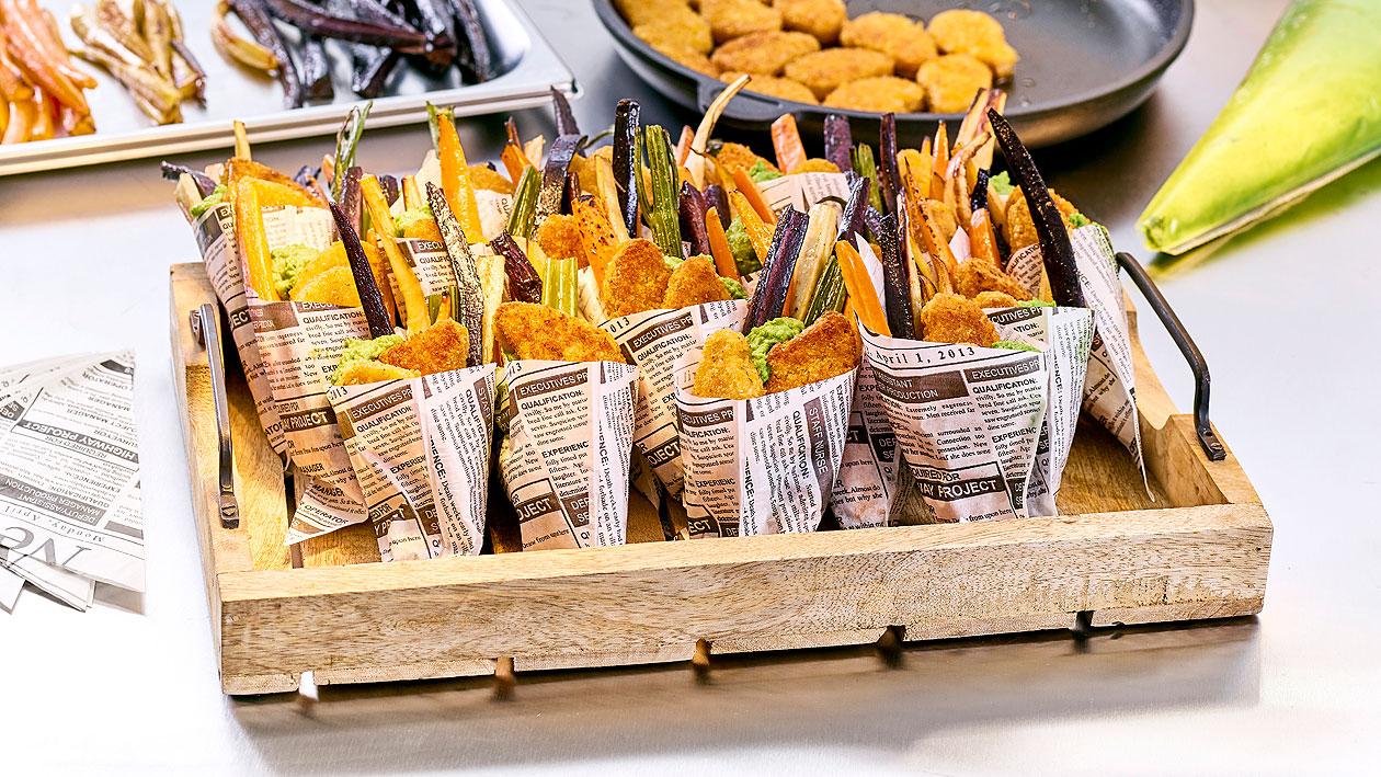 NoChicken Nuggets avec une purée de petits pois et des légumes-racines au four