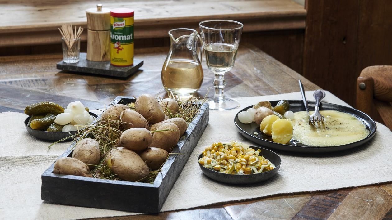 Raclette Valaisanne, pommes de terre, salade d'oignons et maïs