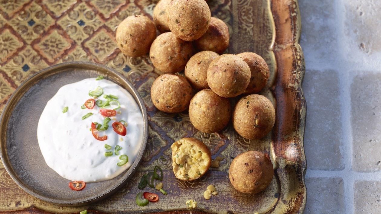 Falafels aux lentilles et lardons servis avec un dip