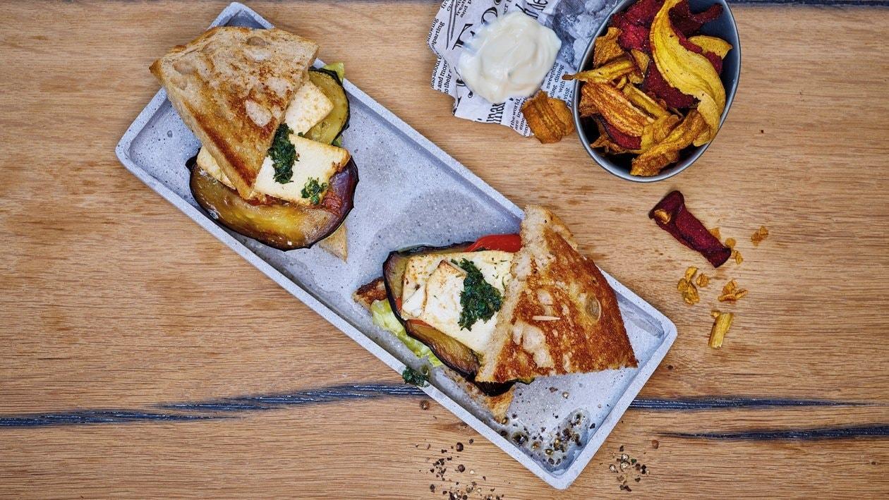 Club-sandwich végétal et chips de légumes