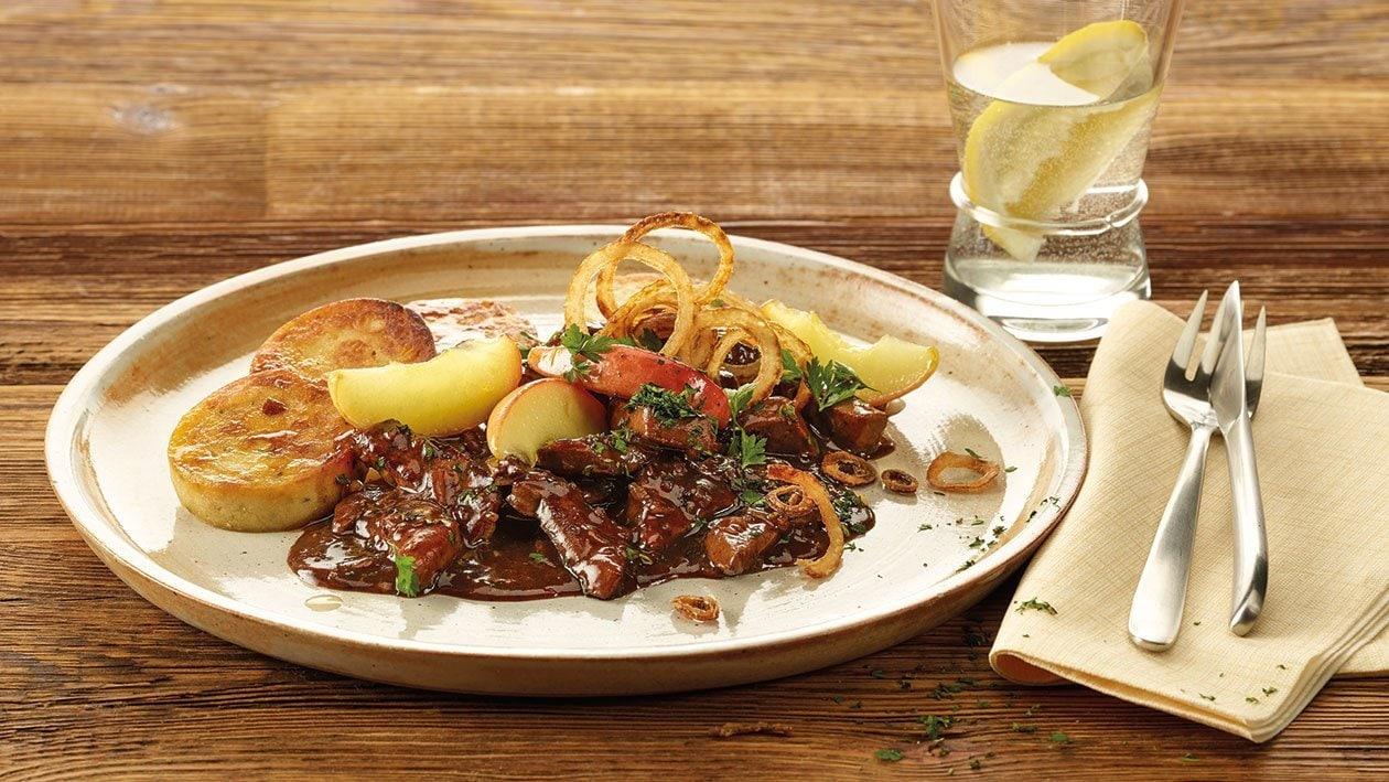 Emincé de foie de veau, sauce au Madère et aux herbes, tranches de quenelles en serviette