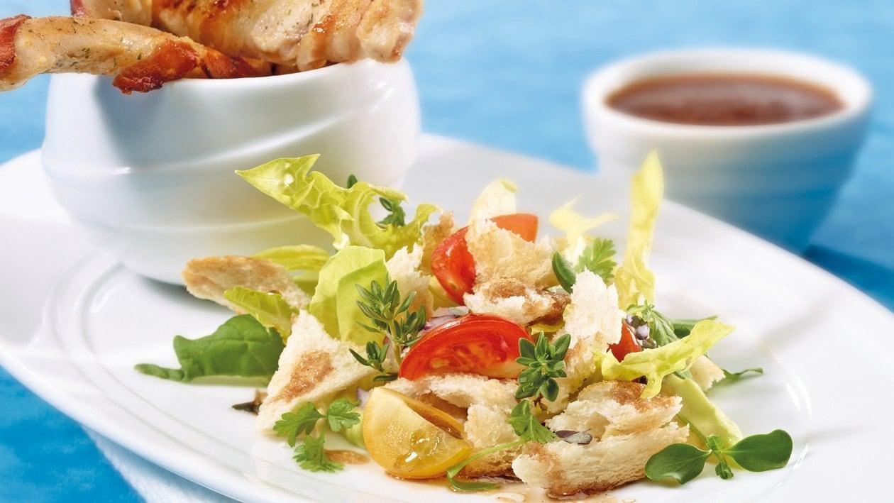 Lanières de poulet croustillantes sur salade de pain doré