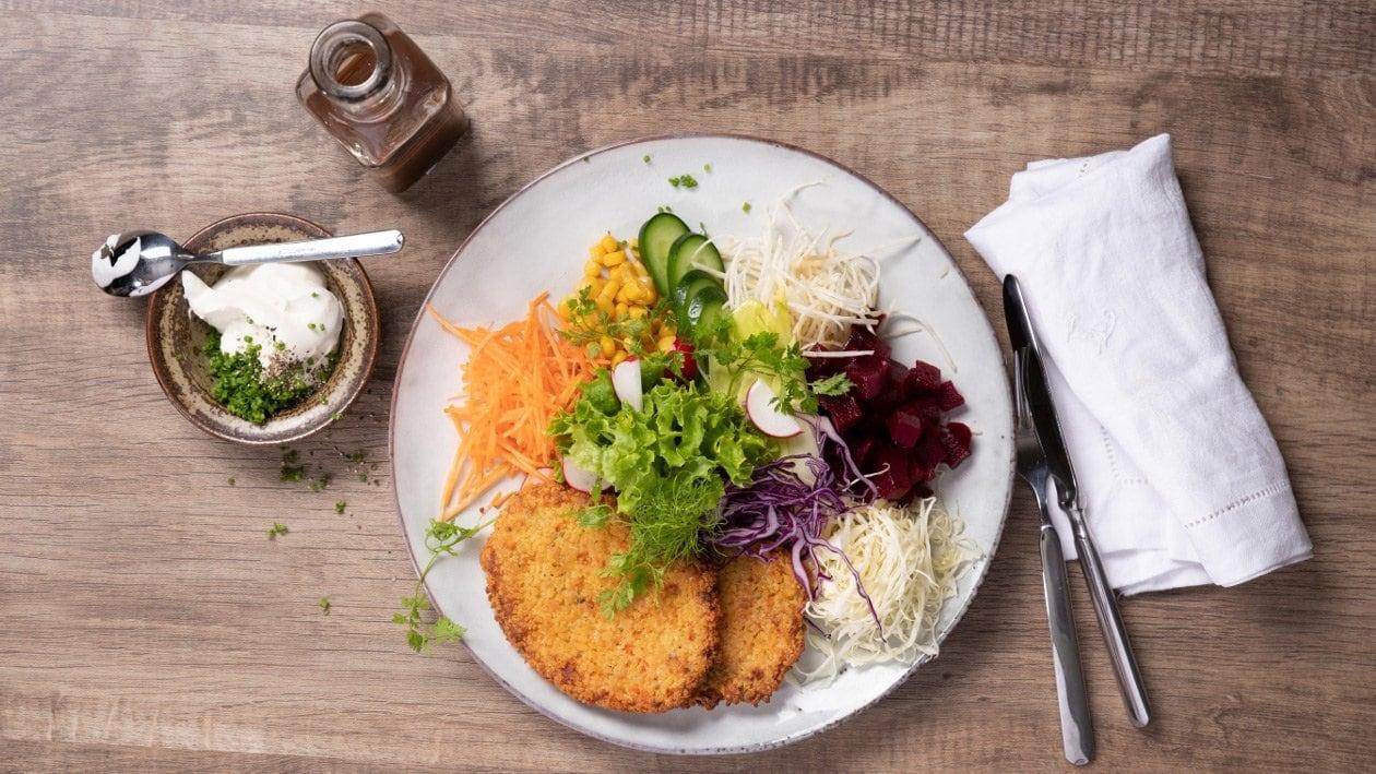 Assiette fitness avec escalope de légumes, dipp aux herbes et dressing à l'italienne