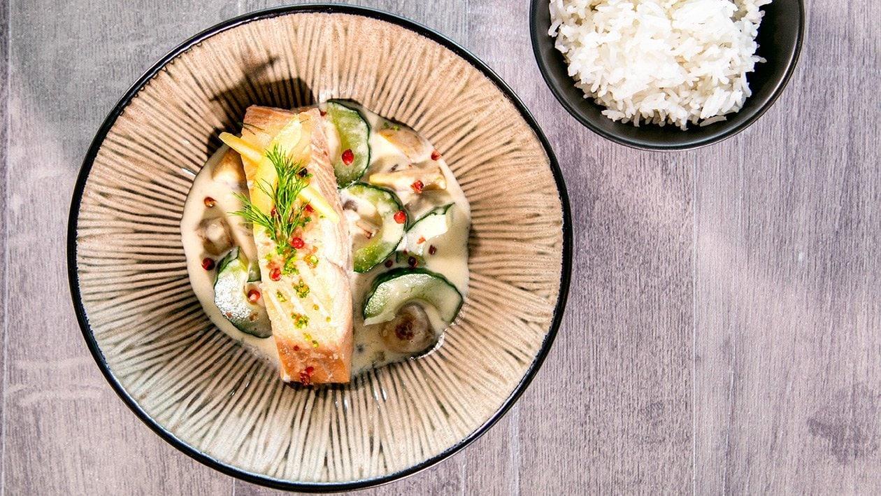 Filet de saumon poché sur lit de concombres et champignons, sauce au vin blanc et riz