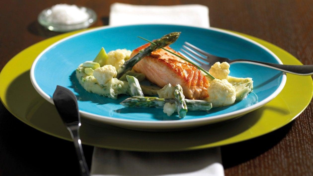 Escalope de saumon sautée à la hollandaise de raifort, purée à la ciboulette, asperges et chou-fleur